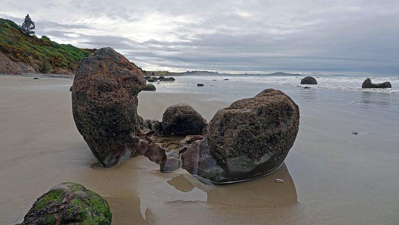 Moeraki Boulders strand in Nieuw Zeeland van Aagje de Jong