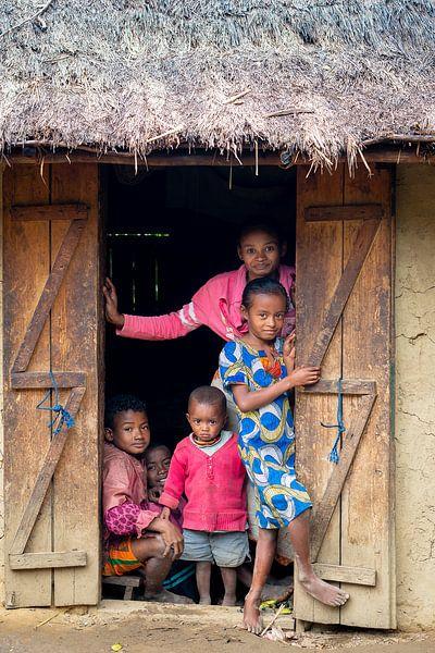 Portret van een Madagaskische familie van Jeroen Kleiberg
