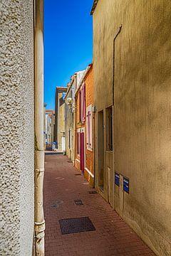 Een straatje in Les Sables d'Olonne. van Don Fonzarelli