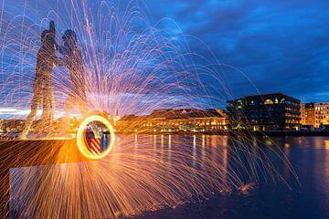 Lichteffekt im alten Berliner Osthafen vor den Molecular Men von Frank Herrmann