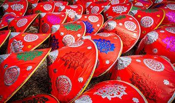 Rode, traditionele Vietnamese hoeden van Rietje Bulthuis