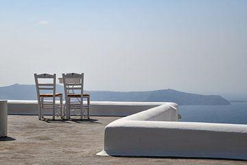2 Stühle blicken aufs Meer
