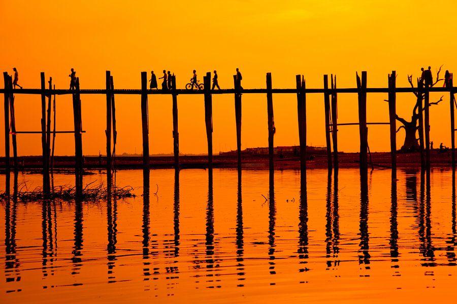 Zonsondergang U-Bein brug Mandalay, Myanmar van Wijnand Plekker