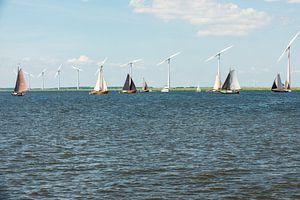 Botters op het Eemmeer is volle zeilen.