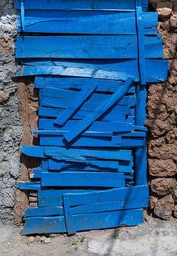 Blaue Holztür von Daan Kloeg