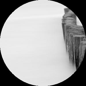 Houten palen in het water  van Michel Knikker
