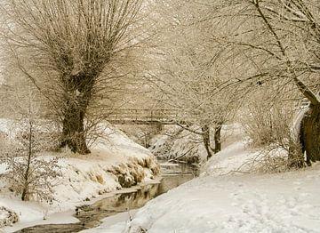 Eyserbeek door Simpelveld in de sneeuw van John Kreukniet