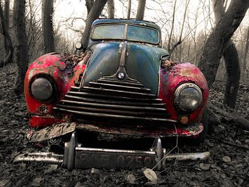 BMW Oldtimer in het bos, Rood in zwart/wit van Art By Dominic