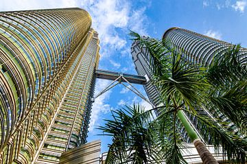 Petronas Towers in Kuala Lumpur mit Palmen von Dieter Walther