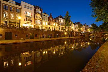 Oudegracht in Utrecht tussen Zandbrug en Jacobibrug sur Donker Utrecht