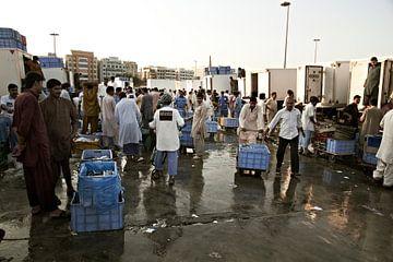 Vissers verkopen verse vis op de dagelijkse vismarkt in Ras al Khaimah in de buurt van Dubai van