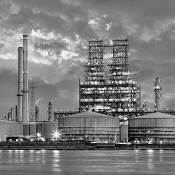 Petrochemie-Produktionsanlage in twilight_1 von Tony Vingerhoets