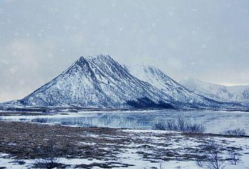 Verschneiter Berg in Norwegen von Anam Nàdar