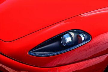 Une Ferrari F430 rouge à l'avant de la voiture de sport dans le paddock lors de l'événement Italia a