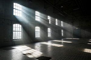Sonnenlicht scheint durch die Fenster eines alten, verlassenen Industriegebäudes