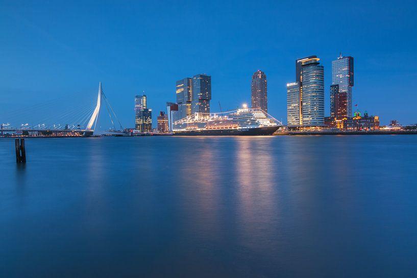 Koningsdam aan de cruiseterminal in Rotterdam van Ilya Korzelius