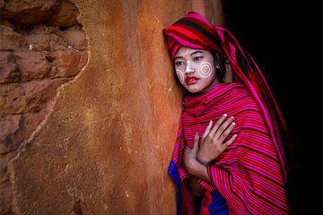 Mädchen verkauft Baumwolle Schals an den Ruinen von Pagoden in Myanmar Inle. Sie hat Thanaka Make-up von Wout Kok