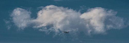 """""""Up in the sky"""" wolk met vliegtuig er onder von Harrie Muis"""