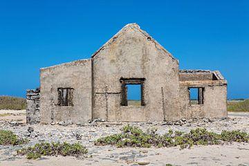 Front eines alten historischen Hauses als Ruine an der Küste der Insel Bonaire von Ben Schonewille