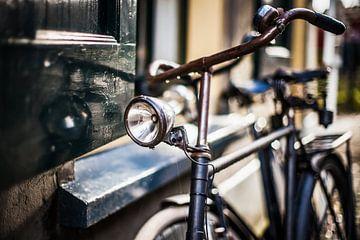 Das alte klassische Fahrrad der schwarzen Männer parkte gegen altes Haus von Fotografiecor .nl