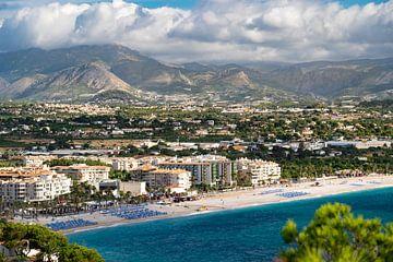 Zicht op Playa d'Albir van Jellie van Althuis
