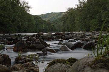 Snelstromende rivier van Michel Koenes