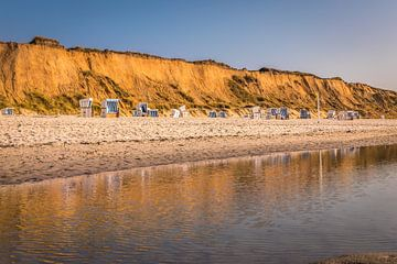 Rode klif met strandstoelen in Kampen, Sylt van Christian Müringer