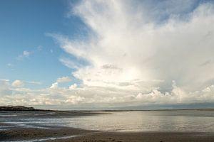 Indrukwekkende wolkenmassa boven zee.