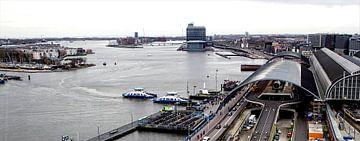 Zicht op Amsterdam Centraal Station en het IJ von Reinder Weidijk