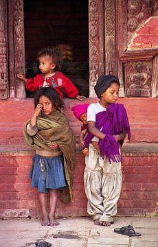 Verloren kleine bedelaars in Kathmanu, Nepal van Peter van der Horst