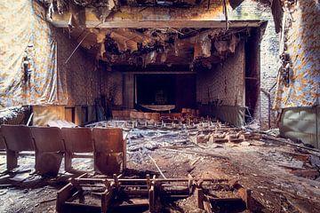 Die Show ist vorbei – verfallener Kinosaal, Deutschland von Roman Robroek