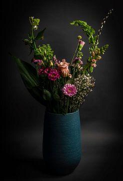 Blumenstrauß in einer blauen Vase von Marjolein van Middelkoop