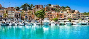 Kleurrijke huizen en boten van mooie stad van Port de Soller, Mallorca Spanje, Balearen van Alex Winter