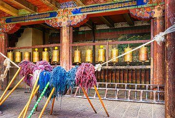 Betet und arbeitet Hof eines Klosters in Tibet von Rietje Bulthuis