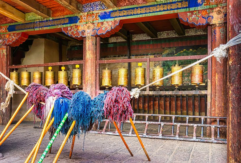Bid en werk, binnenplaats van een  klooster in Tibet van Rietje Bulthuis