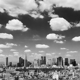 TOKYO 08 - La ligne d'horizon de Shinjuku en noir et blanc sur Tom Uhlenberg
