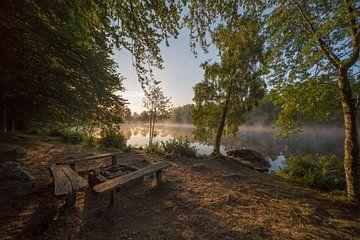 Zonsopkomst in Zweden met gedoofd kampvuur van Joost Adriaanse