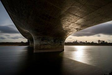 Onder de Waalbrug, aan de Spiegelwaal, in Nijmegen van Maerten Prins