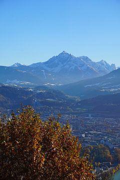 Uitzicht op Innsbruck en de Serles in de herfst (Tirol, Oostenrijk) van Kelly Alblas