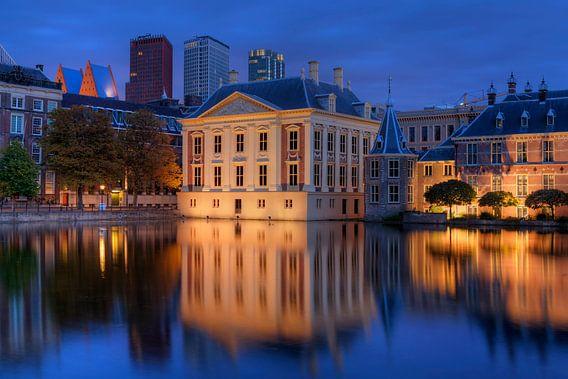 Mauritshuis en Binnenhof gereflecteerd in de Hofvijver