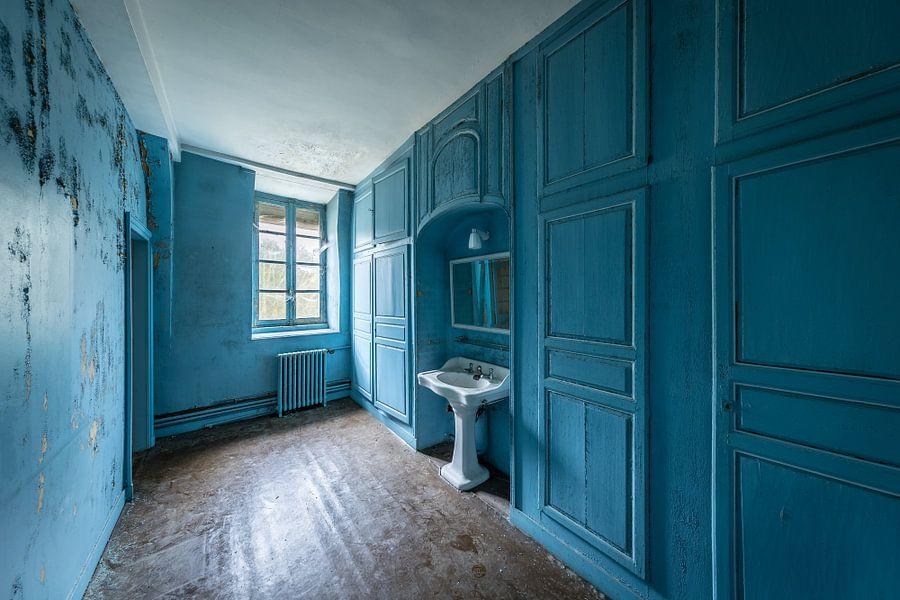 Blaues Badezimmer Poster - Inge van den Brande | OhMyPrints