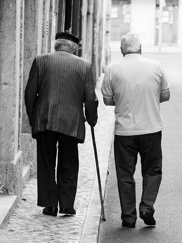 Oude mannen wandelen door Lissabon zwart-wit