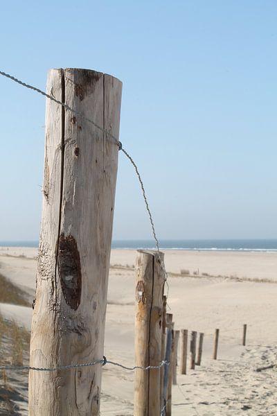 Fence at the beach sur Marit Visser