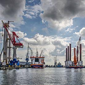 Schiedam, wolken, schepen en kranen van Frans Blok