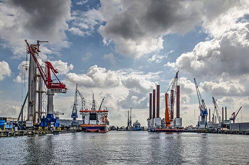Schiedam, wolken, schepen en kranen van