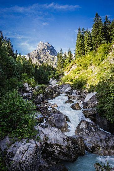 Bach mit Bergspitze dahinter