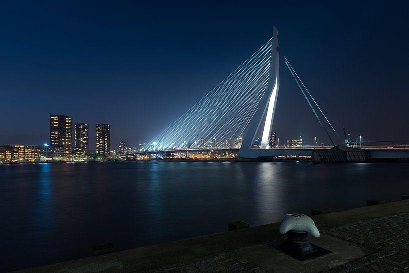Rotterdam: de Erasmusbrug bij nacht van Erik Brons