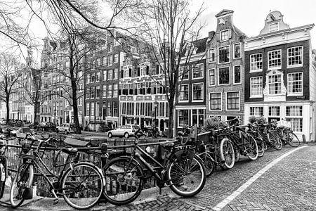 Ein paar Fahrräder auf einer Brücke die Bloemgracht im Amsterdam.