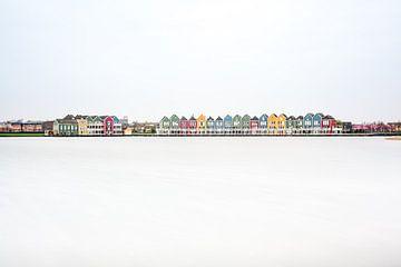 Regenboog huizen aan het water van Marcel Derweduwen