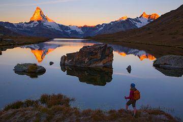 Sonnenaufgang am Matterhorn bei der Stellisee von Menno Boermans